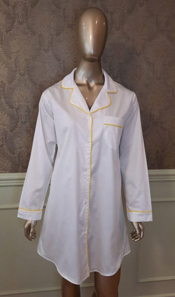 Manequim veste chemise na cor branca com vivo amarelo