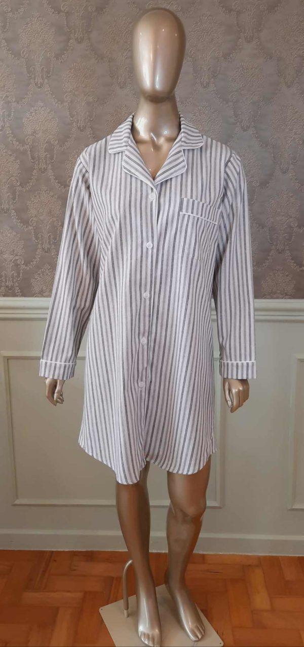 Manequim veste chemise listrado cinza com vivo branco