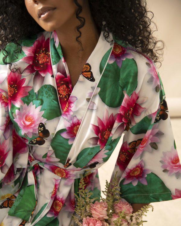 Pessoa veste kimono midi com estampa de flor de lotus