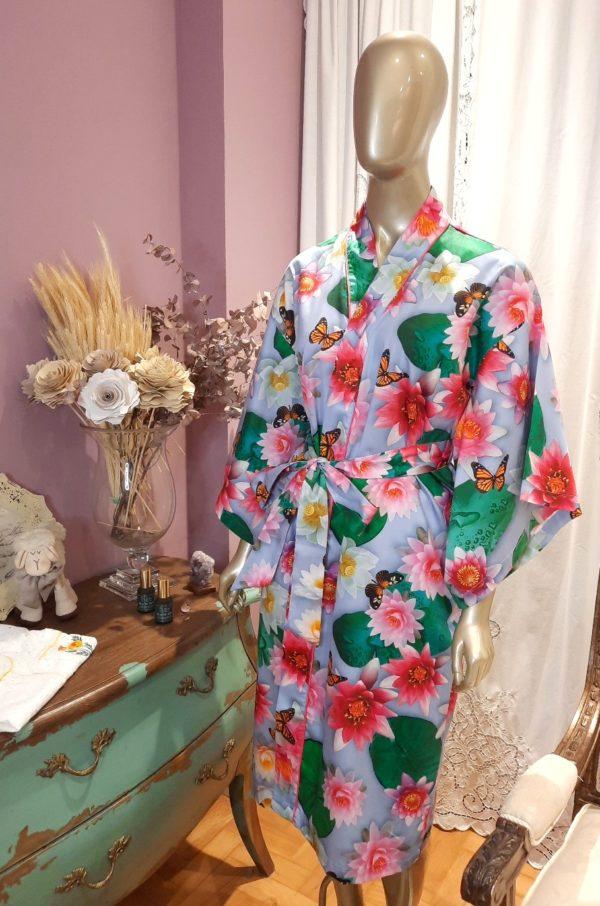 Manequim veste kimono midi com estampa de flor de lotus