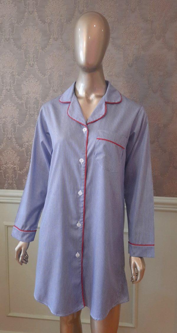 Manequim veste chemise listrado azul com vivo vermelho