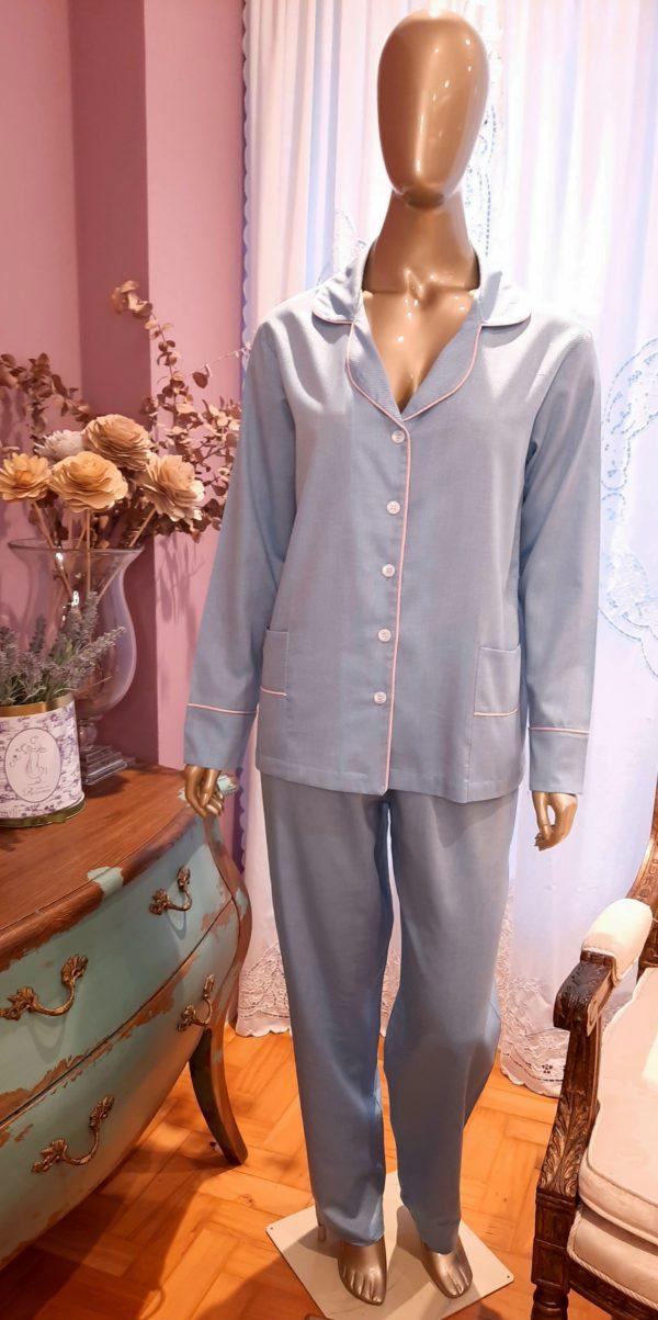 Manequim veste pijama calca e camisa manga longa na cor azul