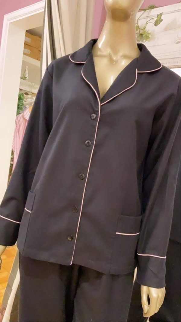 Manequim veste pijama preto com vivo rosa calca e camisa manga longa