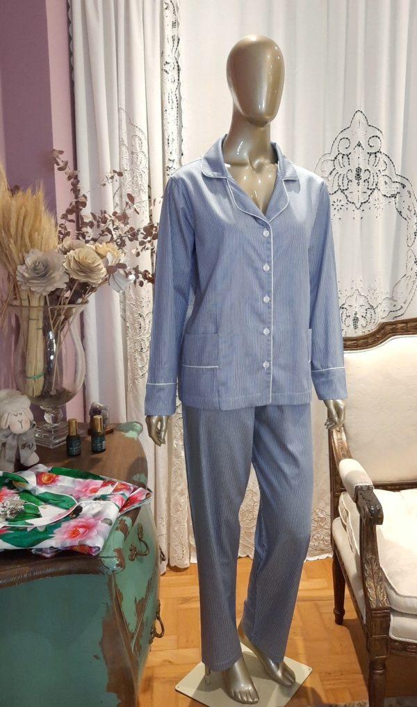 Manequim veste pijama listrado azul com vivo branco calca e camisa manga longa