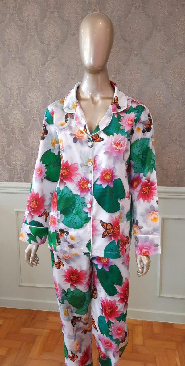 Manequim veste pijama calca e camisa manga longa estampa lotus