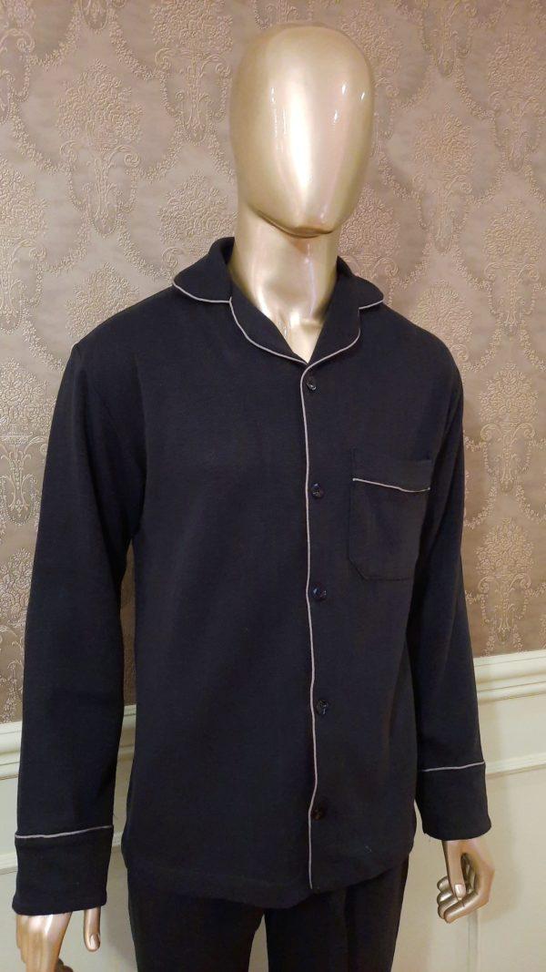 Manequim veste pijama masculino calca e camisa manga na cor preta com debrum cinza