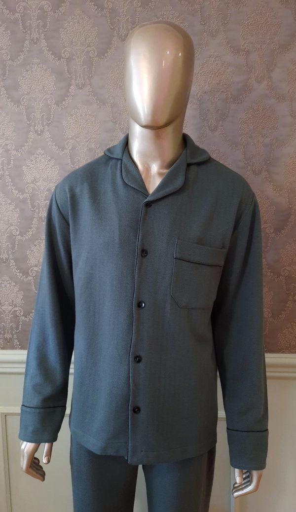 Manequim veste pijama masculino calca e camisa manga na cor verde com debrum preto