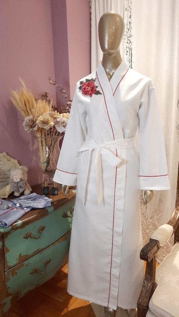 Manequim veste robe longo branco com vivo vermelho