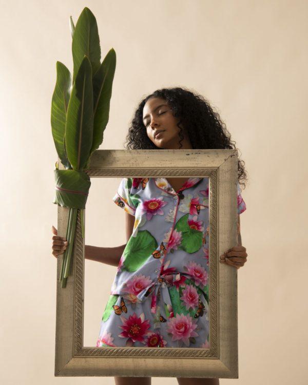 Pessoa veste pijama short e manga curta com estampa da flor de lotus