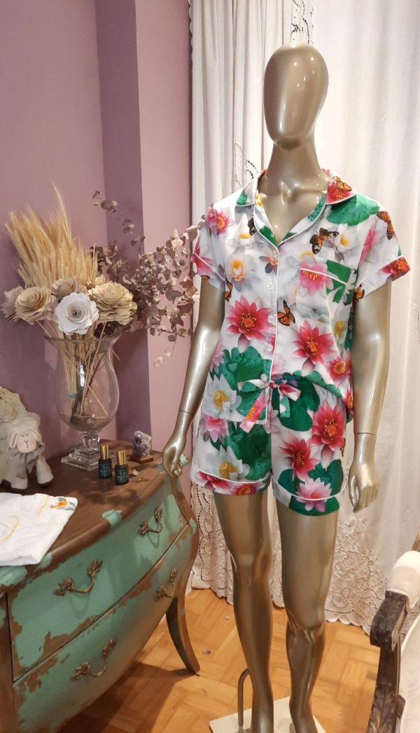 Manequim veste pijama short e manga curta com estampa da flor de lotus