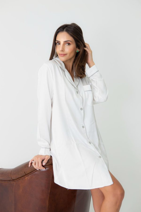 Pessoa veste chemise branco com vivo cinza