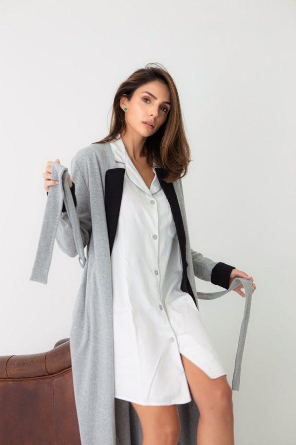 Pessoa veste chemise na cor branca com vivo cinza com um robe longo na cor cinza