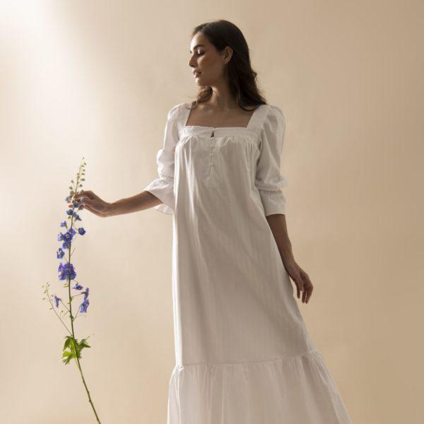 Pessoa veste camisola manga 7/8 longa branca