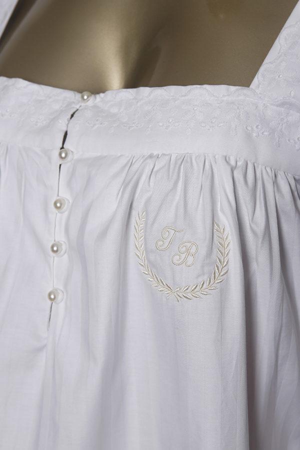 Manequim veste camisola manga 7/8 longa brancacom bordado as iniciais com ramo
