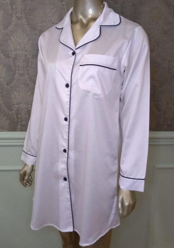 Manequim veste chemise na cor branca com vivo marinho