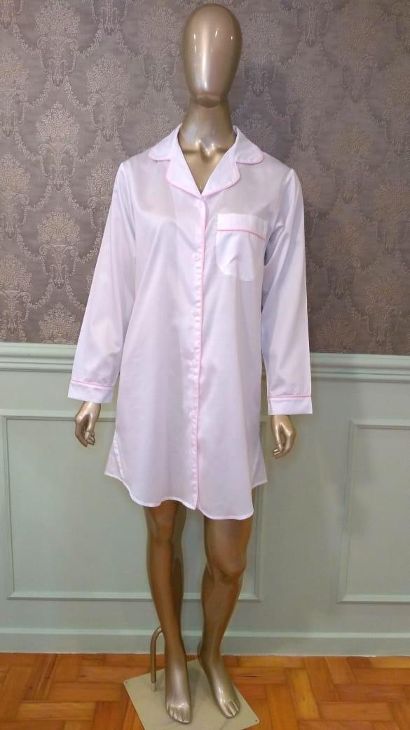 Manequim veste chemise na cor branca com vivo rosa
