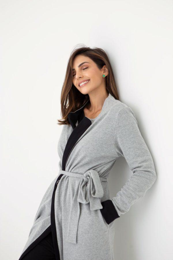 Pessoa veste robe longo na cor cinza