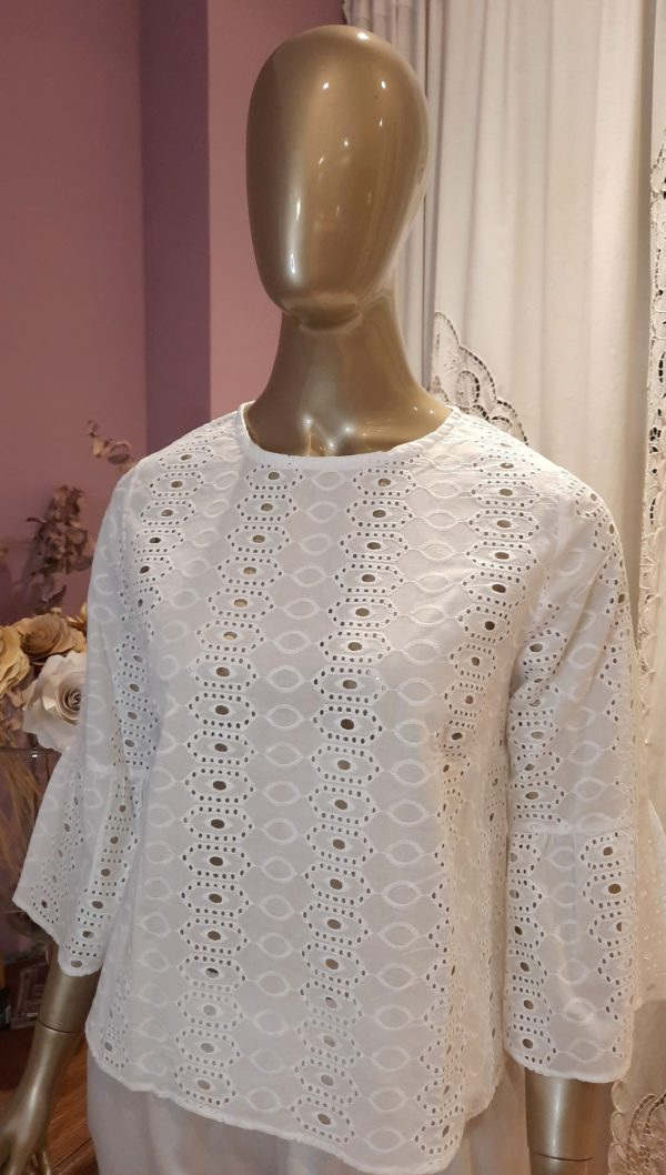 Manequim veste camisa de laíse branca