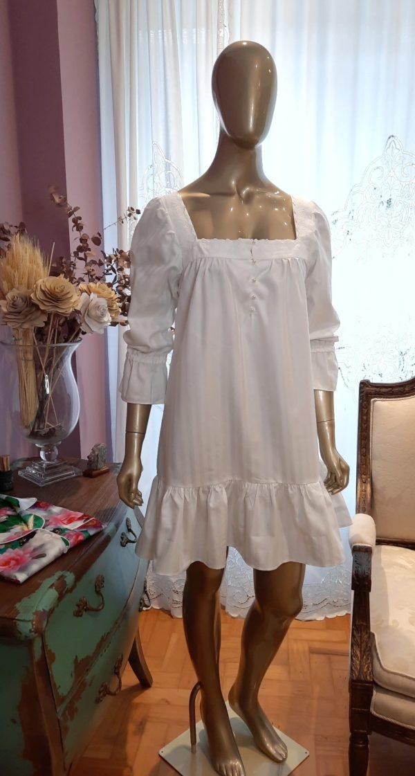Manequim veste camisola curta branca com manga 7/8