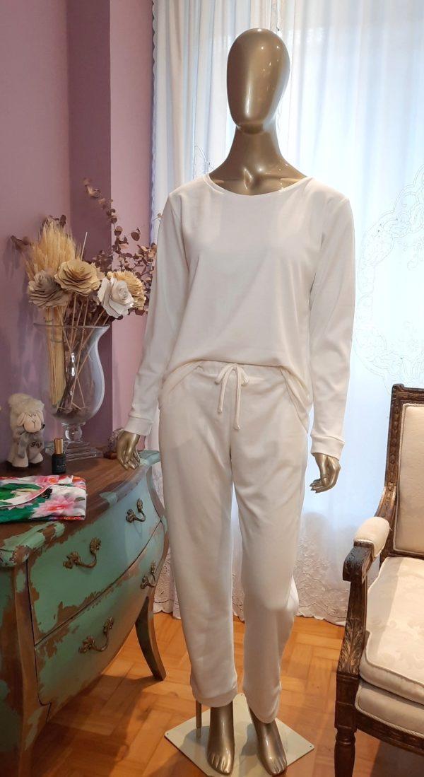 Manequim veste pijama na cor branco calça e camisa manga longa