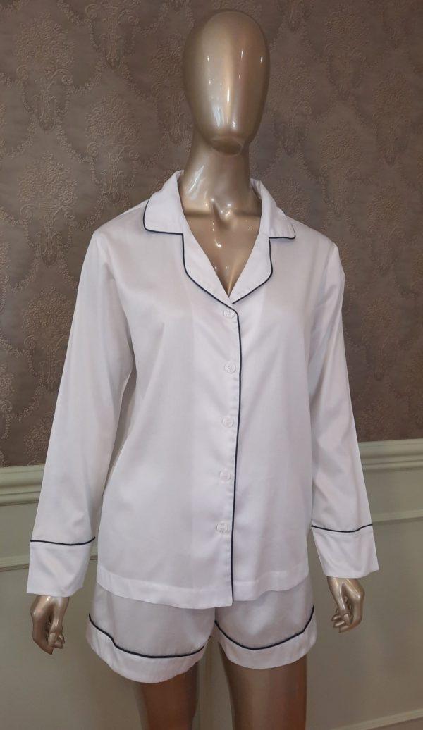 Manequim veste pijama na cor branco short e camisa manga longa