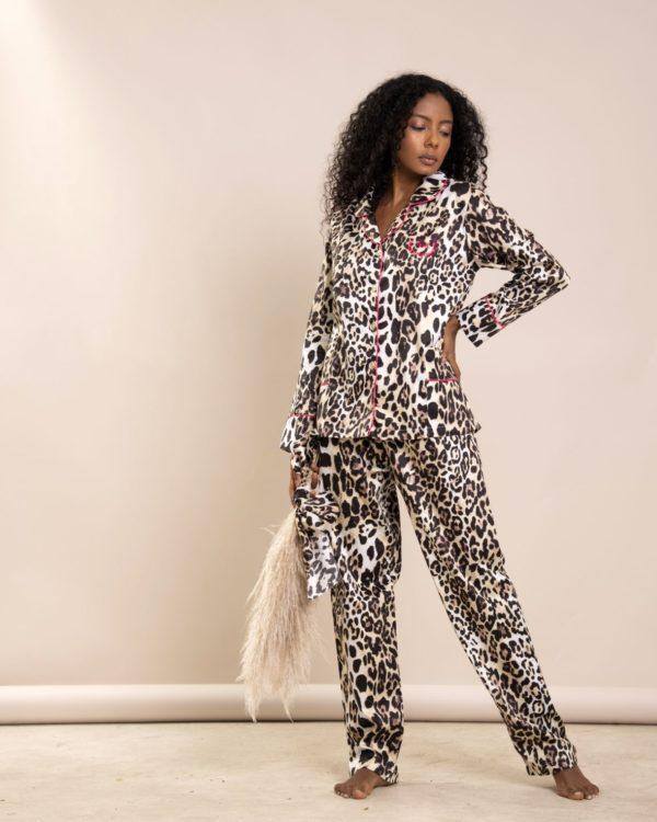 Pessoas veste pijama calca e camisa manga longa estampa leopardo