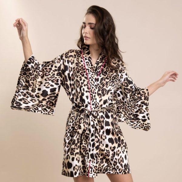 Pessoa veste kimono curto com estampa leopardo