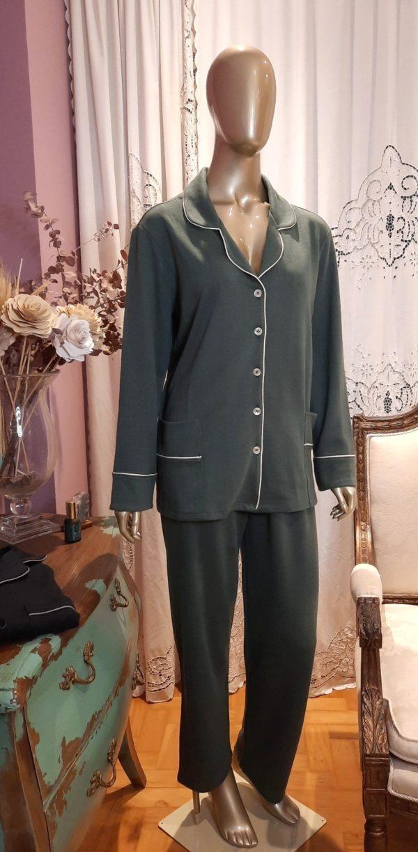 Manequim veste pijama calca e camisa manga na cor verde com debrum baunilha