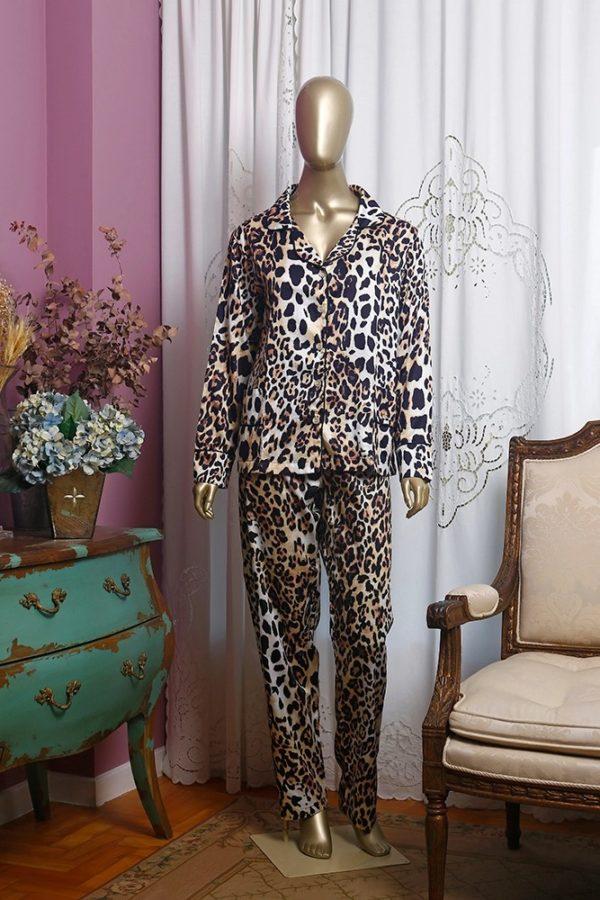 Manequim veste pijama calca e camisa manga longa estampa leopardo com debrum preto
