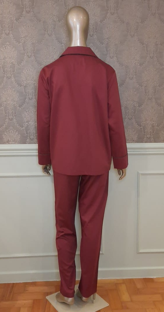 Manequim veste pijama calca e camisa manga longa na cor bordo
