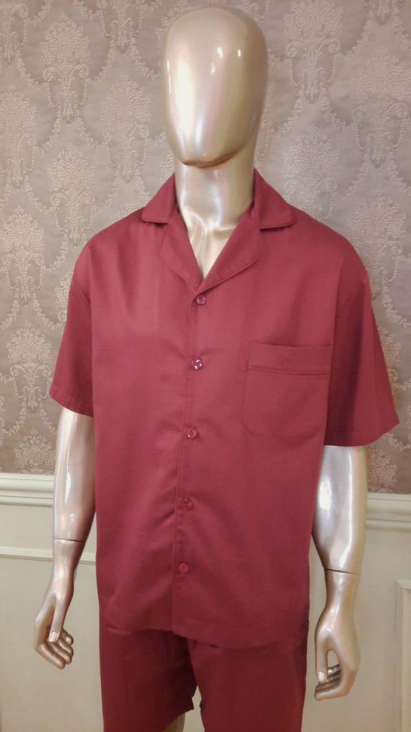 Manequim veste pijama masculino short e camisa manga curta na cor bordo