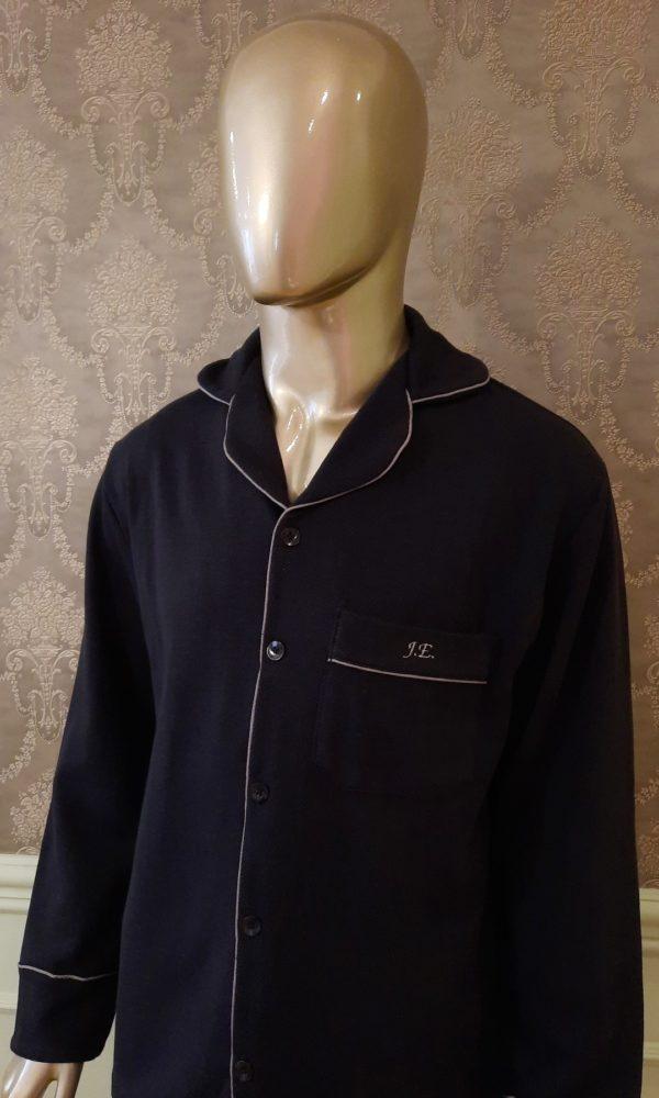 Manequim veste pijama masculino calca e camisa manga na cor preta com vivo cinza