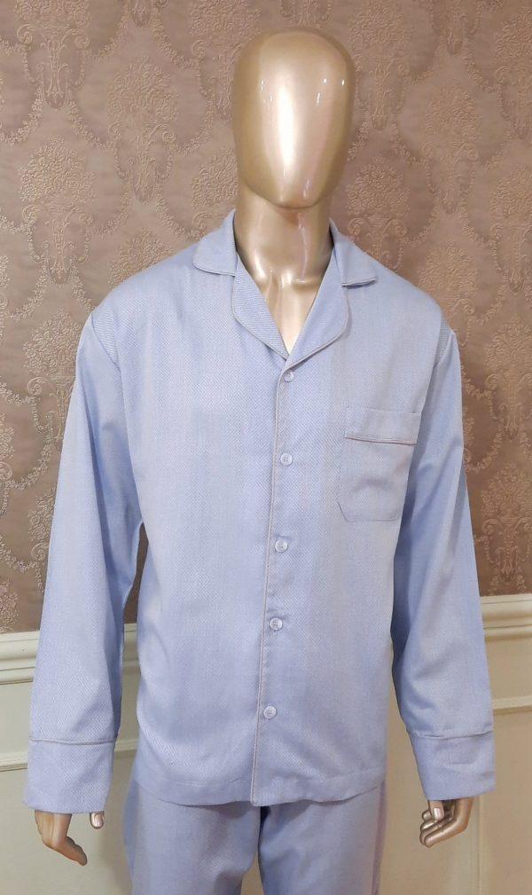 Manequim veste pijama masculino calca e camisa manga na cor azul com debrum cinza
