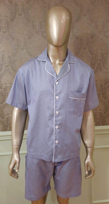 Manequim veste pijama masculino short e camisa manga curta listrado azul