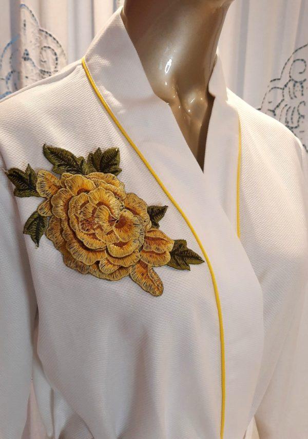 Manequim veste robe longo branco com vivo e flor amarelo