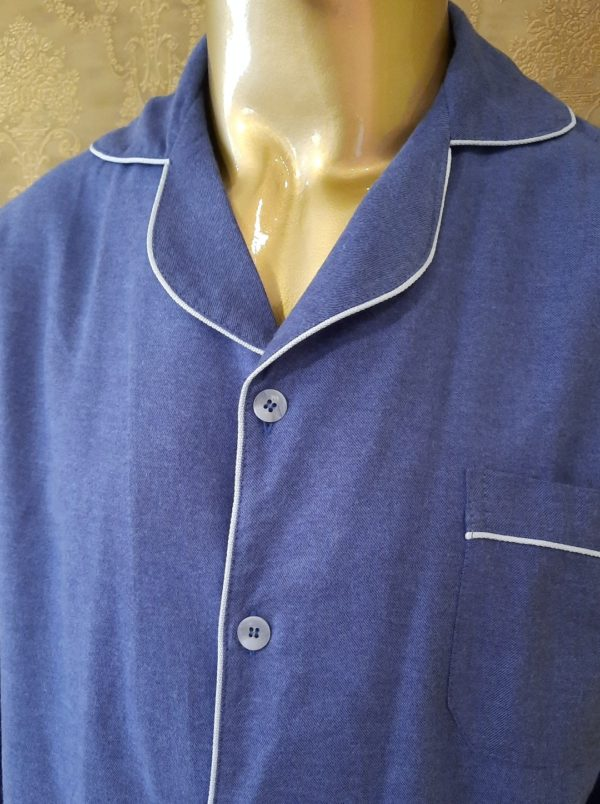 Manequim veste pijama masculino calca e camisa manga na cor azul