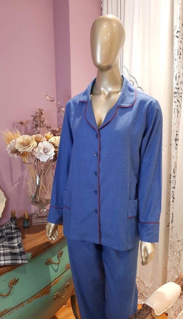 Manequim veste pijama flanelado calca e camisa manga longa em azul