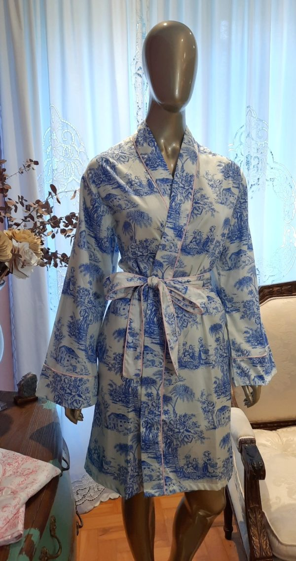 Manequim veste robe curto na estampa toile de jouy azul