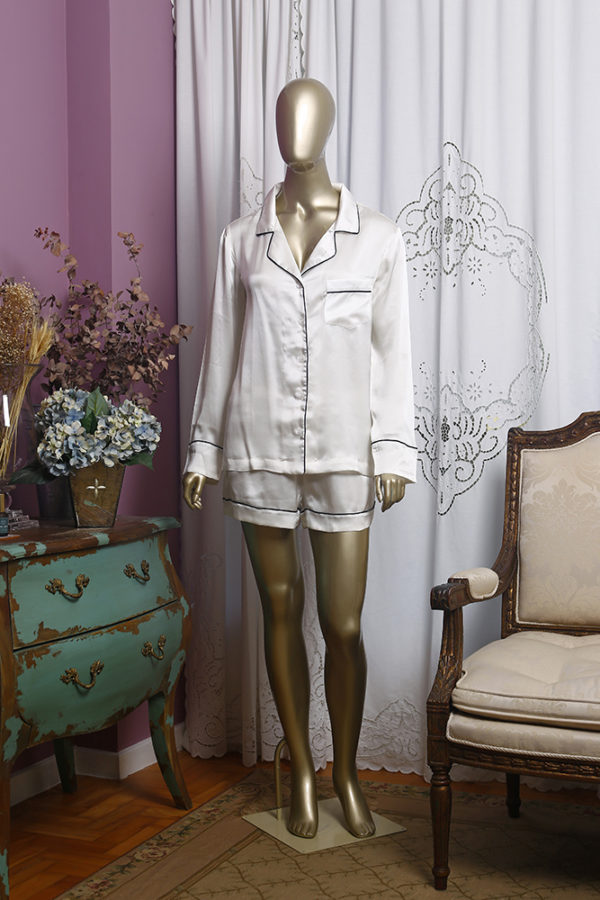 Manequim veste pijama de seda na cor branco short e camisa manga longa
