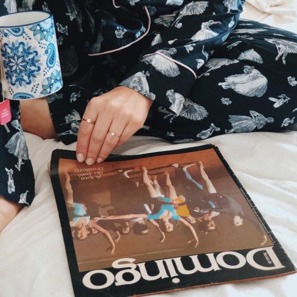 Pessoa veste pijama calca e camisa manga longa com estampa de ballet