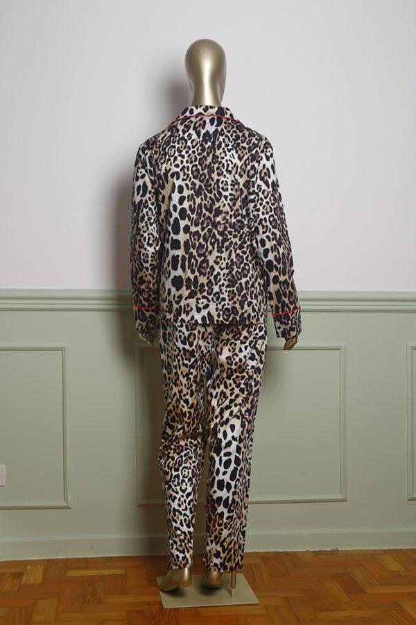 Manequim veste pijama calca e camisa manga longa estampa leopardo