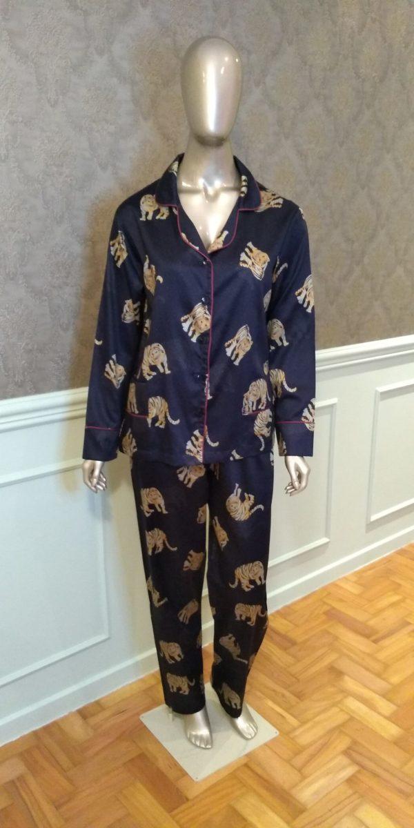 Manequim veste pijama calca e camisa manga longa com estampa de tigre