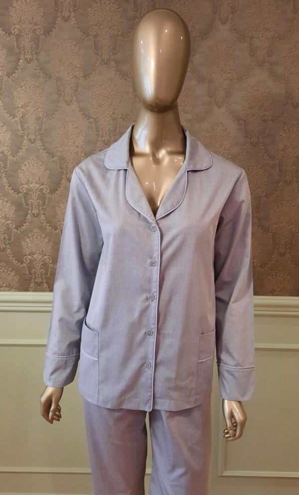 Manequim veste pijama calca e camisa manga na cor cinza com debrum lavanda