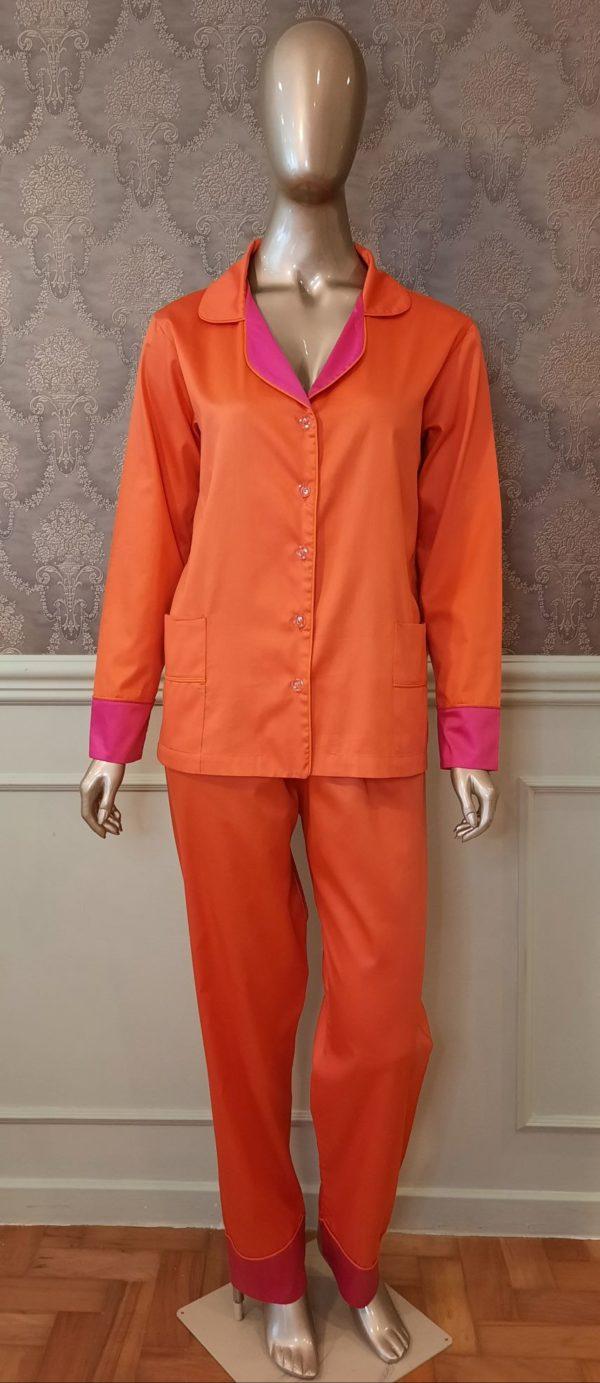 Manequim veste pijama calca e camisa manga longa na cor laranja