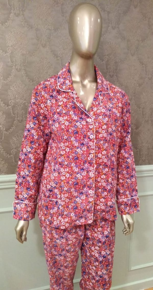 Manequim veste pijama flanelado calca e camisa manga longa estampa de florais