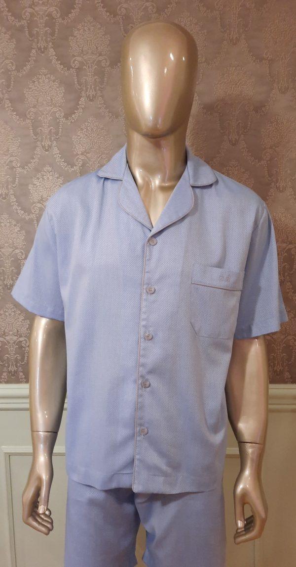 Manequim veste pijama masculino short e camisa manga curta na cor azul