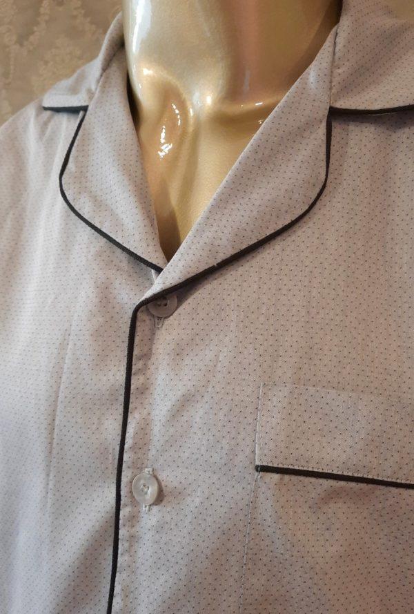 Manequim veste pijama masculino calca e camisa manga na cor cinza com debrum preto