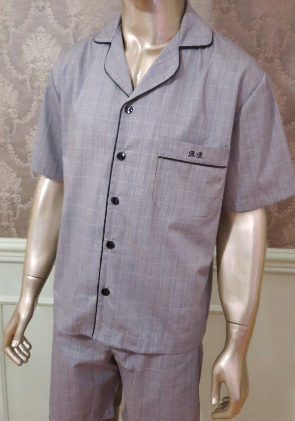 Manequim veste pijama masculino short e camisa manga curta na cor cinza