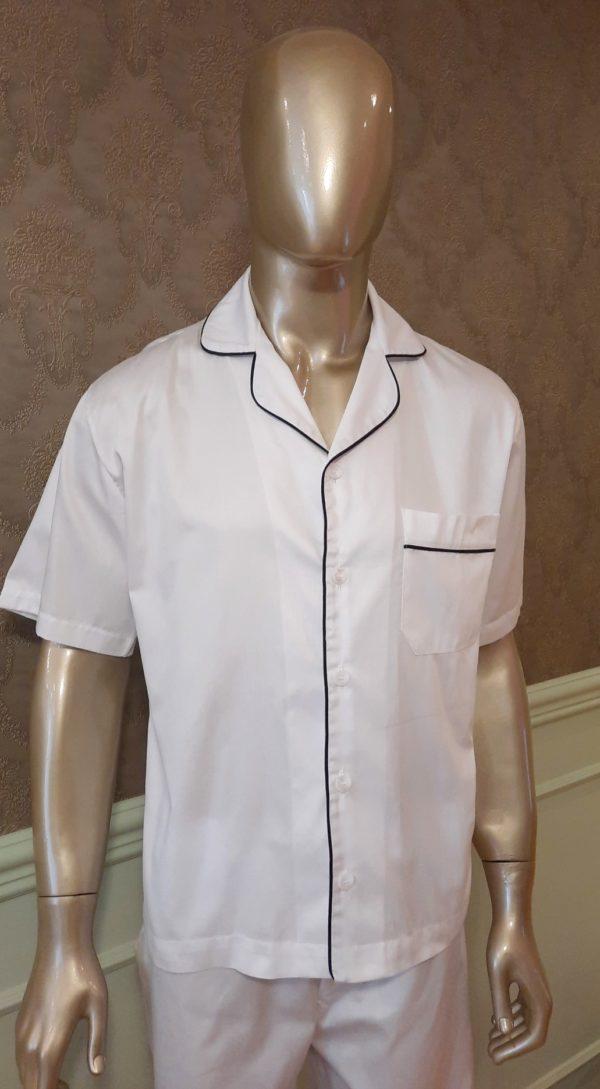 Manequim veste pijama masculino short e camisa manga curta na cor branco