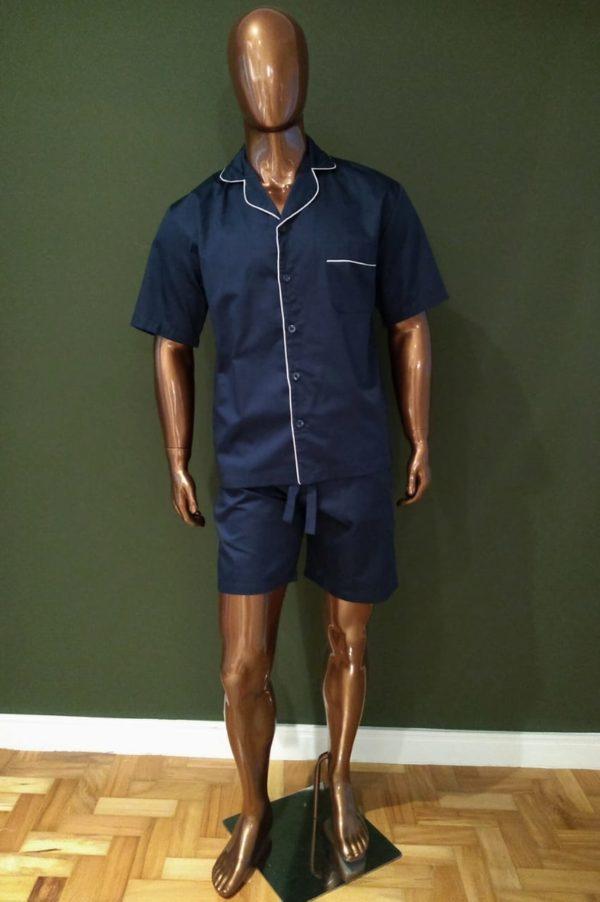 Manequim veste pijama masculino short e camisa manga curta na cor marinho